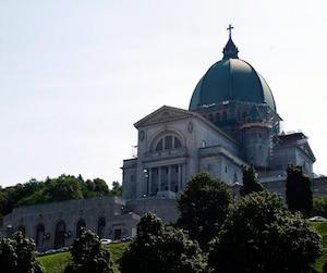 L'oratoire Saint-Joseph abrite le tombeau de saint frère André, fait de marbre noir et offert par son ami Maurice Duplessis. Sur celui-ci, et près du reliquaire où est gardé son cœur, on trouve de nombreux petits papiers de prières.