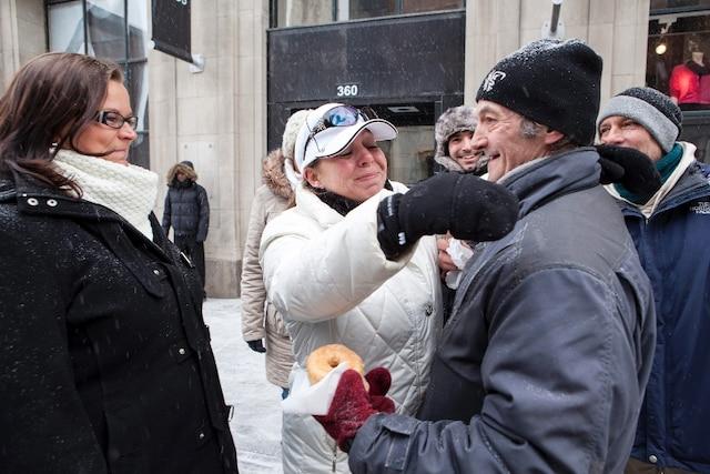 Sonia Potvin et son équipe remettent des vêtements chauds et de la nourriture à des sans-abris (dans ce cas-ci, Eddy) dans le centre-ville de Montréal 2 février 2013