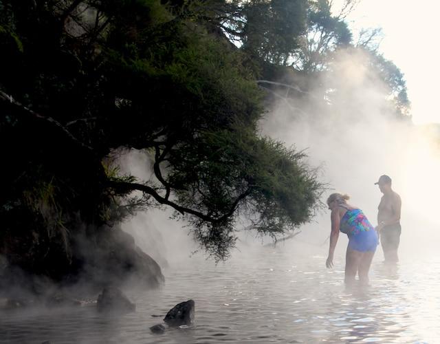 Une plage d'eau chaude du lac Tarawera, non loin de Rotorua, sur l'île du Nord».