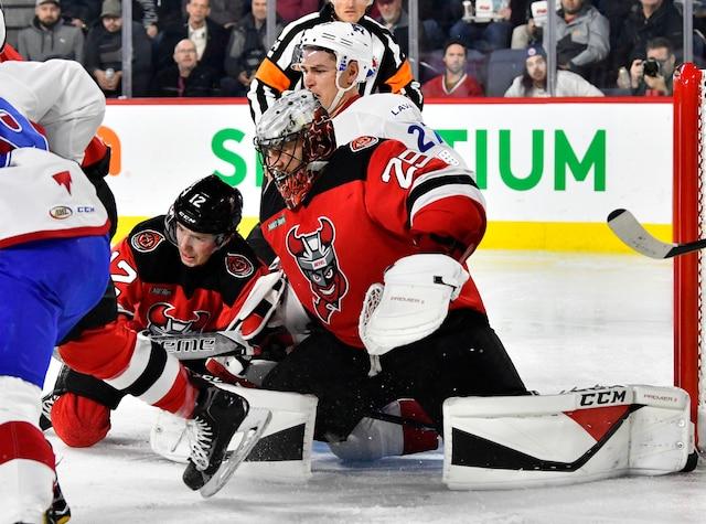 Une arrêt de Mackenzie Blackwood (29) des Devils devant Adam Cracknell (27) du Rocket  lors de la troisième période du match de hockey de l'AHL entre les Devils de Binghamton et le Rocket de Laval à la Place Bell de Laval le mercredi 6 décembre 2017. MARTIN CHEVALIER / LE JOURNAL DE MONTRÉAL