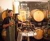 Le copropriétaire du vignoble Le Cep d'argent Jean-Paul Scieur espère plusieurs jours ensoleillés pour faire mûrir ses raisins.