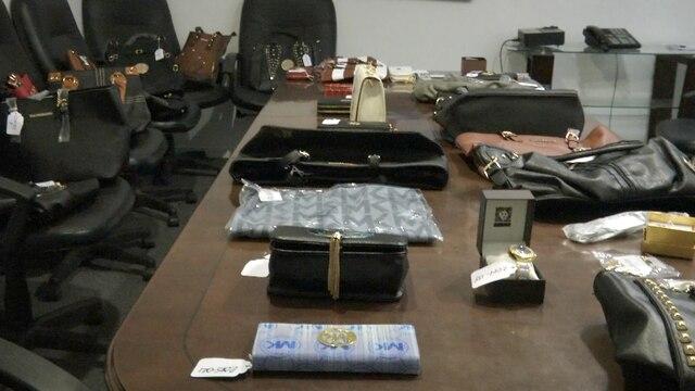 Michael Kors n'a pas attendu que les policiers interviennent pour saisir de nombreux articles dans une dizaine de lieux de la région montréalaise, comme ce sac à droite vendu 425$.