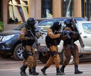 Les forces spéciales de la police ont poursuivi les recherches après l'attentat.