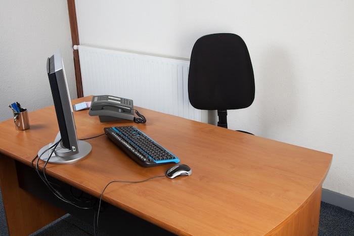 bureau vide ordinateur seul