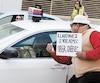 Un manifestant pro-Uber avait nargué un chauffeur de taxi avec une affiche, à la fin d'avril.