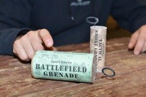 Pour utiliser une grenade fumigène, il suffit de tirer sur la goupille et le tour est joué.