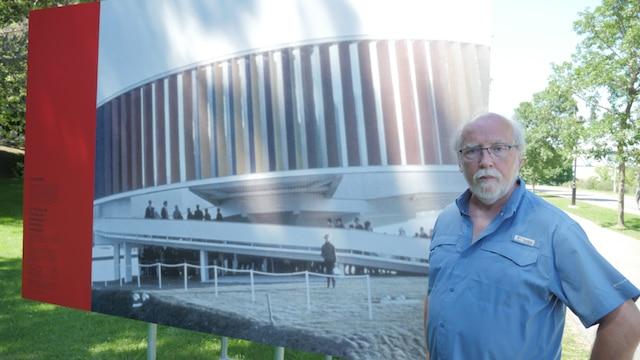 L'historien Roger La Roche devant une photo du Kaléidoscope identifié dans l'exposition comme le pavillon de l'URSS vu dans cette photo d'archive.