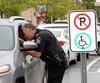 Les policiers de Saint-Jérôme ont mené une opération pour débusquer les détenteurs d'une fausse vignette pour handicapés.