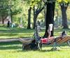 Cet homme ne s'est pas fait prier pour s'installer et dévorer un bouquin sous le généreux soleil au parc Lafontaine, samedi.
