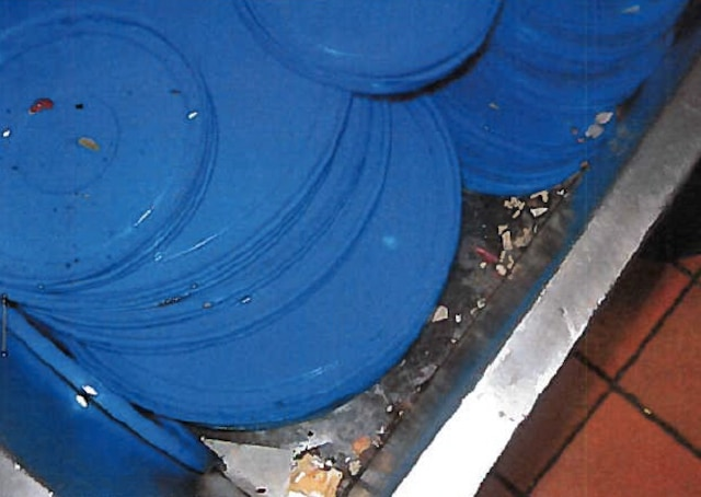 Aliments séchés sur les deux chariots remplis de vaisselle propre.