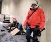 L'abbé Paradis va souvent rencontrer les itinérants là où ils se mettent à l'abri du froid, soit dans les refuges, dans les stations de métro ou dans des restaurants rapides.