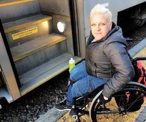 Jani Barré doit demander à des usagers de l'aider à grimper à bord du train en direction de Saint-Jérôme en l'absence de rampe d'accès.
