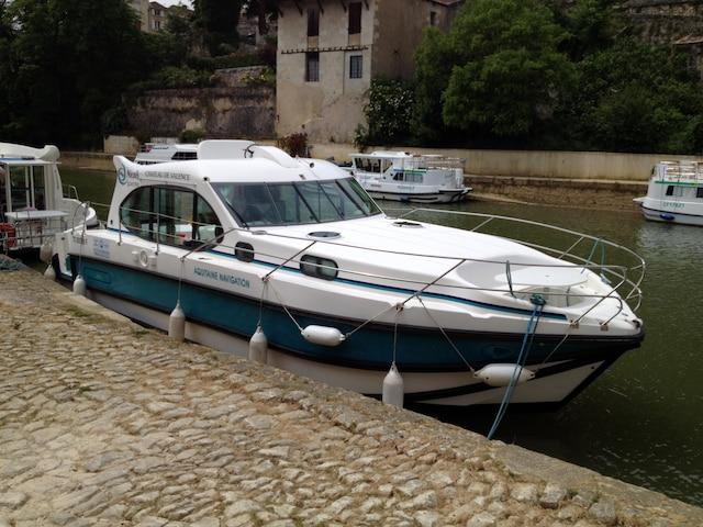 Exemple de bateau habitable disponible pour location sans permis.
