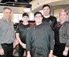 Le franchisé de Boston Pizza Alain Piché accompagné de Louis Germain, Jean-Simon Turcot-Brisson et Cassandre Thériault entourent Élliot Debut, un employé ayant un léger retard mental.