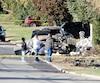 Des curieux regardaient ce qui restait de la Dodge Challenger qui, dans la nuit de vendredi à hier, a pris feu après avoir fait plusieurs tonneaux et embouti un autre véhicule au terme d'une course folle dans les rues de la réserve de Kahnawake.