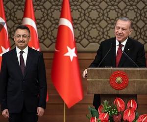 Le président Recep Tayyip Erdogan (à droite) et le vice-président Fuat Oktay (à gauche).