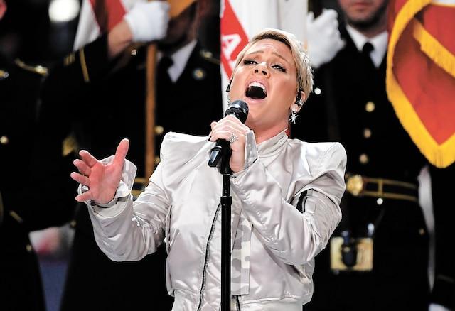 P!nk a interprété l'hymne national avant le début de la rencontre.