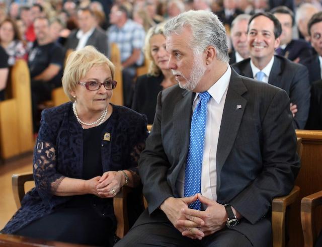 La communauté de Lac-Mégantic rendait hommage aux victimes de la tragédie, disparues l'an dernier, lorsqu'un train a explosé durant la soirée du 6 juillet 2013. Sur la photo, la mairesse de Lac-Mégantic, Colette Roy-Laroche et le premier ministre du Québec, Philippe Couillard.