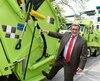 Régis Labeaume présente les nouveaux camions créés sur mesure par l'entreprise responsable de la collecte, afin qu'ils puissent être plus efficaces dans les rues du Vieux-Québec où les chemins sont généralement étroits.