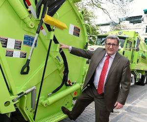Régis Labeaume reconnaît que la cible de 82% pour la valorisation des déchets «ne sera pas facile» à atteindre d'ici 10 ans. Sur cette photo, dans la foulée du «vidange-gate» en 2016, il avait pris la pose avec les camions destinés à la collecte des ordures et des matières recyclables dans les rues étroites du Vieux-Québec.