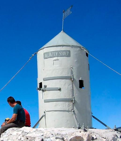 Située au sommet, la tour d'Aljaž offre aux randonneurs un refuge de courte durée durant les tempêtes.