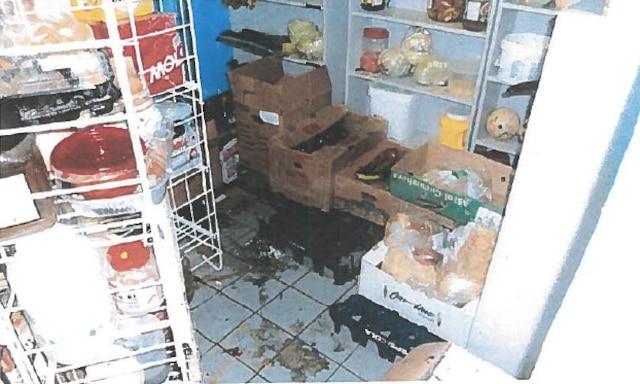 Aliments entreposés «pêle-mêle» dans la chambre froide, qui dégageait de «fortes odeurs».