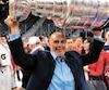 Martin Pouliot, dépisteur chez les Capitals depuis 1996, soulève la coupe Stanley.