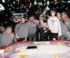 Neuf joueurs de poker ont remporté un lot record de 1 669 422$. Guymet St-Lot (troisième à partir de la gauche) a empoché le gros lot de 834 000$. Son adversaire Guillaume Frenette (chandail blanc) a eu droit à 417 000$.