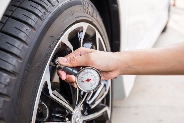 En plus de l'usure, il serait sage de vérifier la pression de vos pneumatiques. Vous avez tout avantage à rouler avec des pneus bien gonflés. En plus d'être beaucoup plus stable sur la route, votre véhicule affichera aussi des consommations de carburant moins élevées et les pneus s'useront moins rapidement. Voici donc une petite attention qui pourrait vous faire économiser gros!