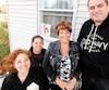 Quatre membres du nouveau comité en place dans l'arrondissement de Lachine, à Montréal, soit Roxane Lesage, Nancy Berthelot, Nancy Sweeney, et Benoît Patenaude, qui vient tout juste d'installer une pancarte à sa fenêtre.