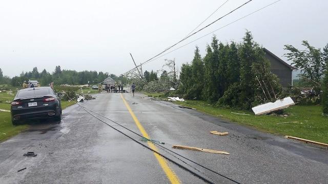 À Hébertville, au Lac-Saint-Jean, des poteaux ont été arrachés sous la  force des vents.