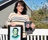 Tracy Wing à sa résidence de Lac-Bromehier montrant des photos de son fils Riley Fairholm, qui est mort le 25 juillet 2018 sous les balles de la police alors qu'il était dans un plein état de crise près de sa maison.