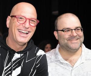 Laurent Paquin prend la pose avec le nouveau copropriétaire de Juste pour rire, l'humoriste Howie Mandel.