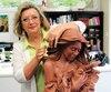 Rosanne Pomerleau et sa sculpture <i>Compassion</i>, aussi en montre pour le G7.