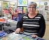 Berthe Beaulieu affirme que si le salaire minimum monte trop vite, elle devra congédier son employé et travailler plus d'heures.
