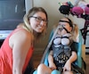 Ariane Readman, deux ans et demi, souffre d'une maladie qui affecte son tonus musculaire, mais aussi sa respiration et sa déglutition. Cette maladie est neurodégénérative, mais grâce à un traitement expérimental suivi aux États-Unis, l'état d'Ariane est stable.
