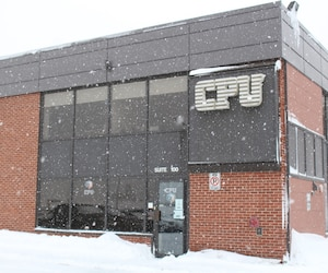 Dès 7 h 30, une trentaine de policiers et enquêteurs de l'UPAC ont débarqué dans les bureaux de CPU Informatique situés sur le boulevard du Versant-Nord, à Québec.