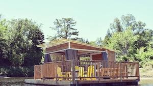 Des cabanes en bois flottantes où passer la nuit