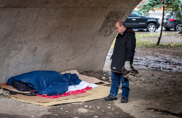 Le religieux fait face à la triste réalité des itinérants qui dorment dans des endroits inhumains.