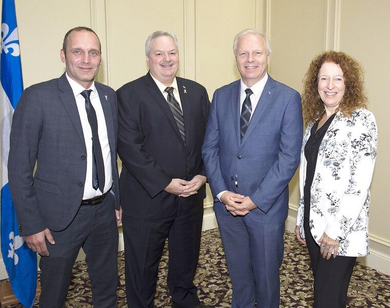 Les députés du Bloc québécois Michel Boudrias, Luc Thériault et Monique Pauzé ont salué le conférencier Jean-François Lisée, chef de l'opposition officielle à l'Assemblée nationale.