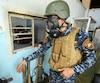 Un membre des forces armées irakiennes porte un masque à gaz pour se prémunir contre les substances chimiques de nature inconnue utilisées par les djihadistes.