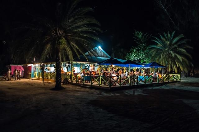 Un des charmants restaurants de fruits de mer d'Antigua tout à fait typiques sous un ciel de nuit étoilée.