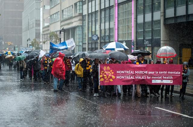 Des centaines de personnes ont participé à la 8e édition de MONTRÉAL MARCHE pour la santé mentale afin de sensibiliser la population à la santé mentale et à vaincre les préjugés et la discrimination envers les personnes vivant avec un trouble mental, à Montréal, dimanche le 16 octobre 2016. JOEL LEMAY/AGENCE QMI