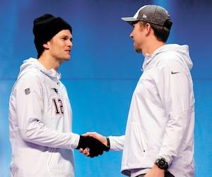 Les quarts-arrière Tom Brady et Nick Foles ont eu l'occasion de faire un brin de causette cette semaine avant que leurs deux équipes s'affrontent sur le terrain, dimanche.