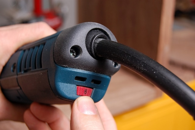 La vitesse d'oscillation de la lame, variable entre 8000et 20000 oscillations/minute, s'ajuste à l'aide d'une molette située derrière l'outil. Le cordon d'alimentation électrique est quant à lui monté sur un manchon pivotant qui facilite le maniement et le positionnement de l'outil.