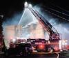 Cet immeuble de Mascouche a été complètementravagé par les flammes la nuit dernière, sur le chemin Saint-Henri. Les autorités croient que la thèse criminelle pourrait expliquer l'origine du brasier.