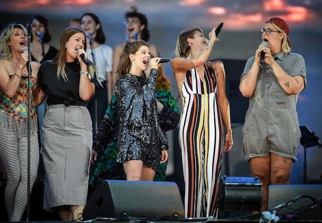 Une dizaine d'artistes sont montés sur scène pour interpréter les grands succès de Plamondon. Ici, tous les artistes sur scène pour la finale.