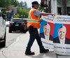 Le 23 juillet, les cols bleus de la Ville de Québec avaient retiré une à une les affiches qui avaient été installées sur les poteaux la semaine précédente par la coalition syndicale qui dénonce les libéraux et les caquistes.