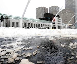 Le poids des scènes a eu raison de plusieurs dalles de granit de la place des Festivals, à Montréal.