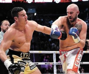 Lors du premier combat entre les deux boxeurs l'an dernier, Dillon Carman (droite) a défait Simon Kean par K.-O.